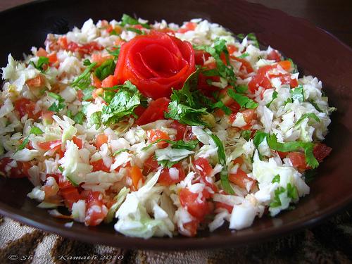 سلطات رمضانية جميلة طريقة عمل سلطة الملفوف والطماطم